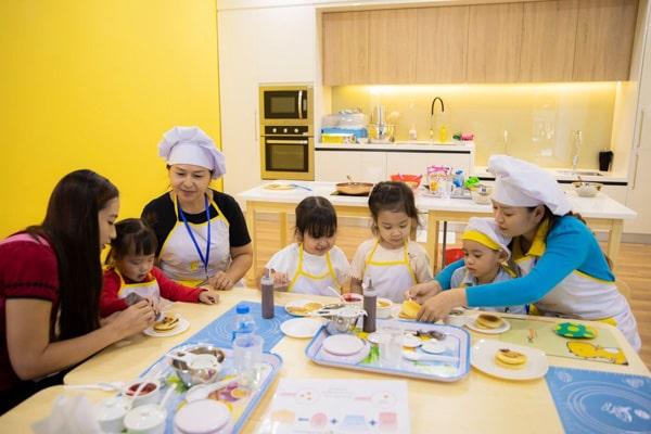 Cách dạy trẻ em làm bếp an toàn trong nhà bếp từ sơ sinh đến 10 tuổi